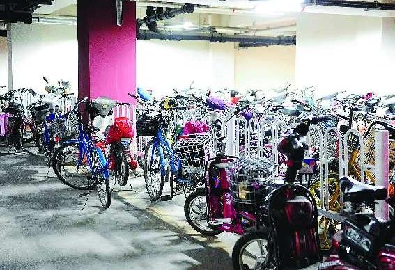 有很多电瓶车和自行车.许多职工选择了电瓶车或自行车作为代步工
