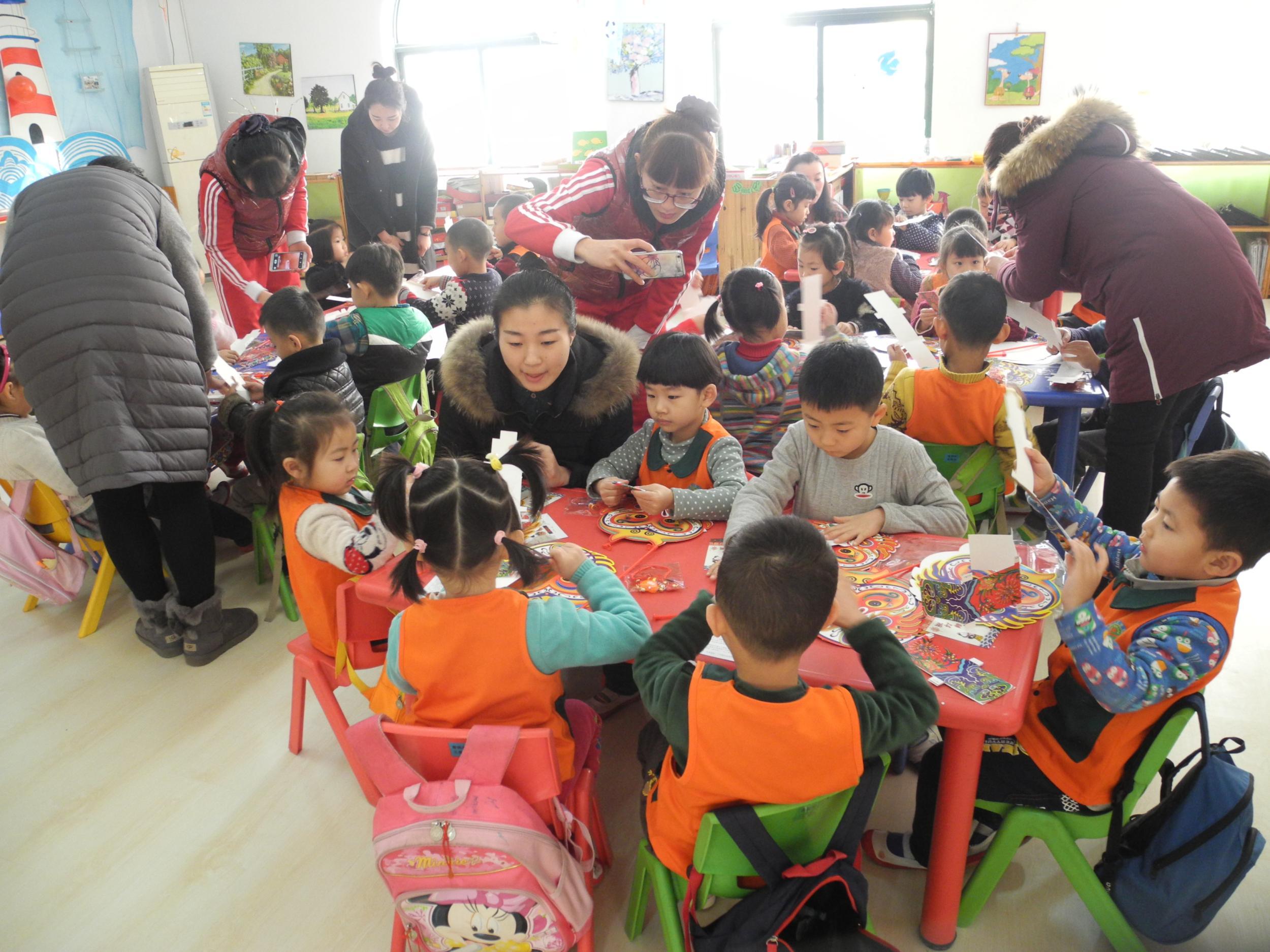 """2月2日上午,以""""猴宝宝进校园""""为主题的灯笼制作活动在阳光富景幼儿园拉开帷幕,市博物馆的工作人员为孩子们详细地介绍了制作灯笼的方法。孩子们每人挑选了自己喜爱的猴子灯笼后就迫不及待地开始制作了。在老师的精心组织和指导下,一个小时左右的时间,一盏盏猴宝宝灯笼终于成型了,将灯放入灯笼内,在各种颜色灯光的照射下,猴宝宝看起来唯妙唯俏。   本次活动让孩子充分感受我国传统节日的气氛,传承中国传统文化,从中提高幼儿动手操作能力和艺术创造能力。也为了迎接猴年,给孩子们营造一个充满节日气氛的环"""