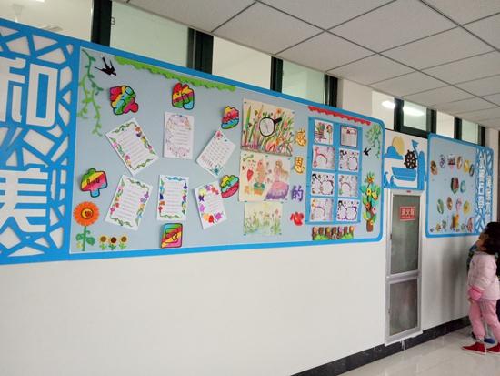 """为了展现积极向上的学生精神风貌,彰显学校和美的校园文化特色,近日,高新区实验小学将教学楼的教室外墙全部换上了""""新衣"""",精心进行了文化布置。 此次墙体装饰以班级为单位,成为孩子们展示自我的舞台。各个班级充分利用好学校提供的宣传阵地,让每一面墙壁都会说话:有展示孩子们巧手绘制的纸盘和精心创作的绘画作品,有孩子们用心抄写、陶冶情操的小古文和书法作品,有启迪智慧,激发思考的数学小天地,还有充满童真童趣的快乐成长空间……一面面校园文化墙散发出了浓浓的文化气息。"""