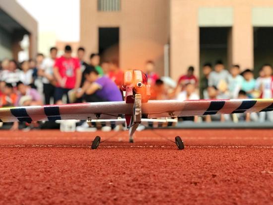 高新区实验中学开展航模培训 了解航天知识